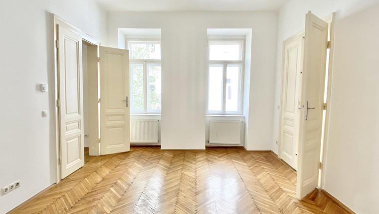 SCHICKER ALTBAU: Große 2 Zimmerwohnung