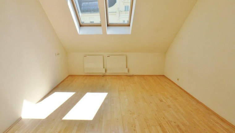SCHNELL SEIN: Dachgeschossgarconniere in bester Innenstadtlage NUR 424€