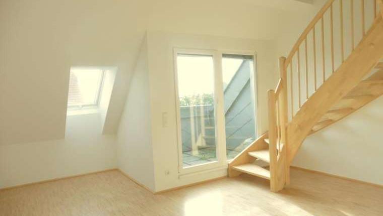 Moderne, helle DG-Wohnung mit Terrasse auf Wohnebene