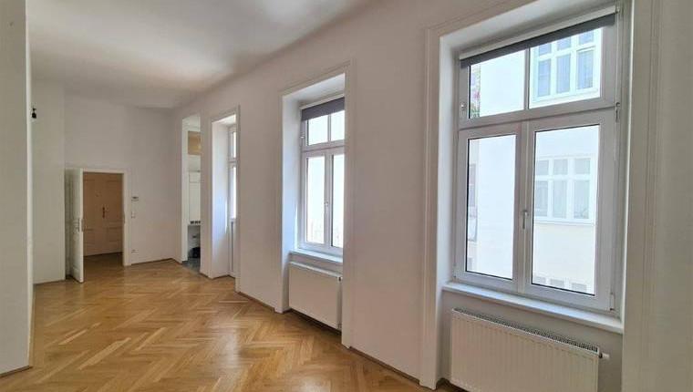 Schicke Single-Altbauwohnung mit kl. Balkon in toller Lage – UNBEFRISTET