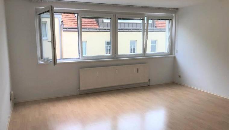 Günstige 1 Zi. Wohnung mit Fensterfront