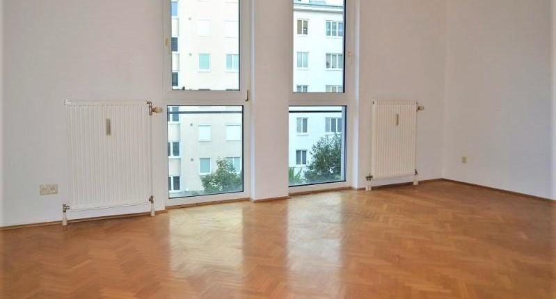 Sonnige 1-Zimmer-Wohnung mit bodentiefen Fenstern