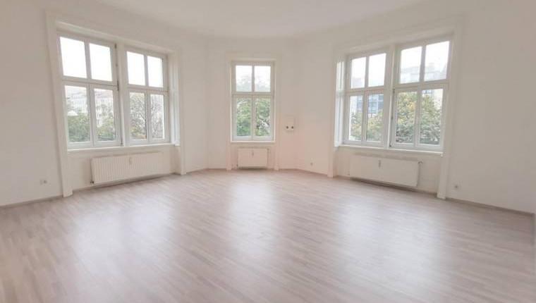 Günstige Altbauwohnung mit Eckzimmer
