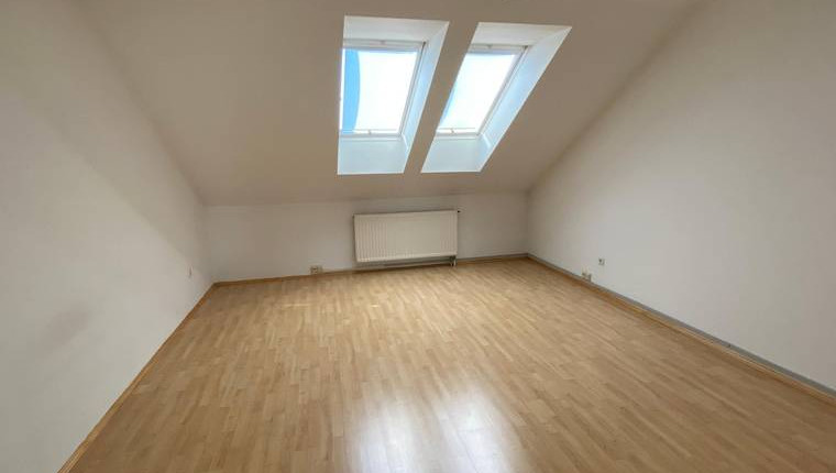 UNTER 700€: Große 3 Zimmer Dachgeschosswohnung