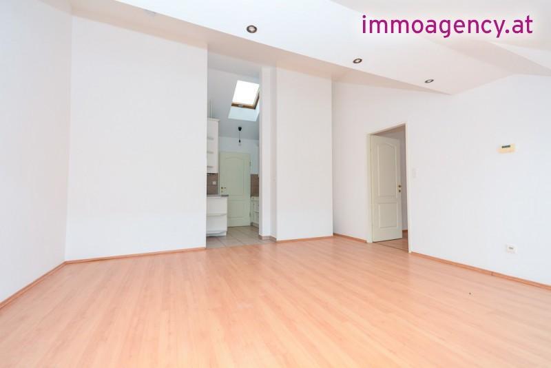 Neue 2 Zimmer DG-Wohnung unter 600€